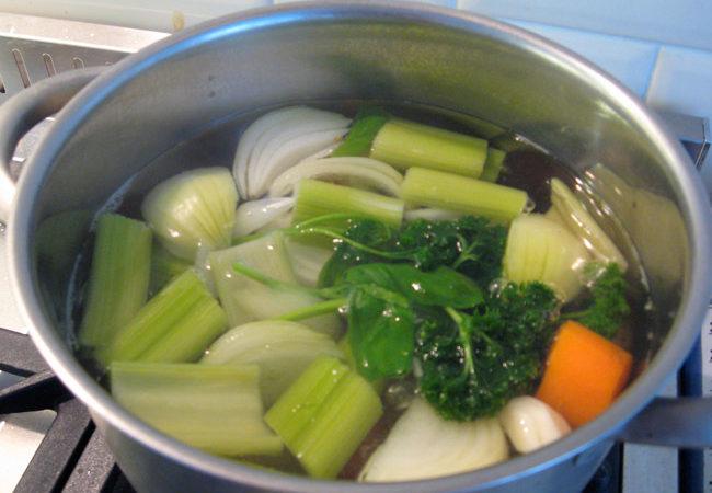 caldo de legumes caseiro fácil de fazer