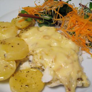 Peixe branco (bacalhau fresco) com batatas e queijo