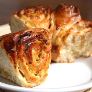 Rosca de maçã leve, fácil de preparar, suave no doce, perfeita para comer acompanhada de um café.