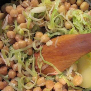 Sopa de grão de bico e alho-poró fácil do Jamie Oliver