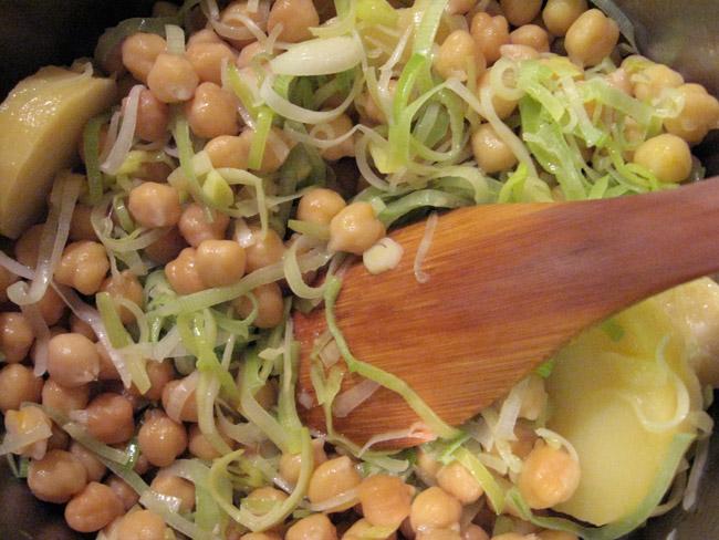 Deliciosa receita de sopa de grão de bico e alho-poró do livro de Jamie Oliver. Simples de preparar e muito saborosa.