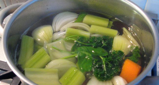 Caldo de legumes caseiro fácil de preparar
