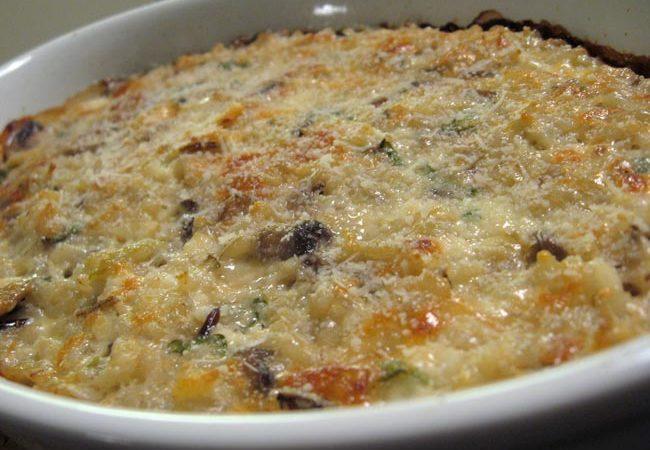 Arroz de forno com cogumelos super fácil de fazer. Uma refeição completa, reconfortante e deliciosa. Além de uma ótima opção para reaproveitar o arroz.