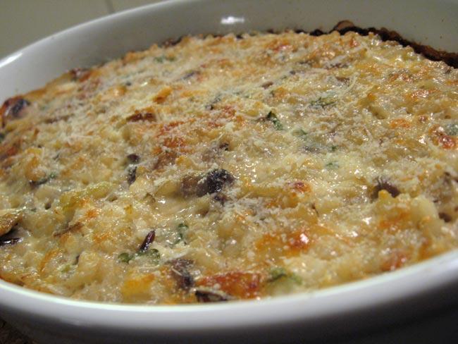 Arroz de forno cremoso com cogumelos super fácil de fazer. Uma refeição completa, reconfortante e deliciosa. Além de uma ótima opção para reaproveitar o arroz.