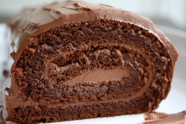 Delicioso rocambole de chocolate sem farinha (sem glúten), fácil de preparar e ele pode ser servido como sobremesa ou no café da tarde.