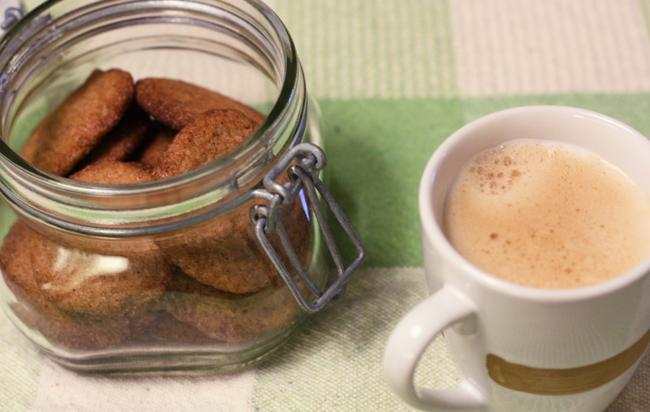 Biscoito de canela simples, crocante, leve e saboroso. Receita perfeita para fazer e servir no café da tarde ou para presentear. Vai perfumar sua casa!