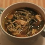 Sopa de frango, espinafre e noodle (com curry e gengibre)