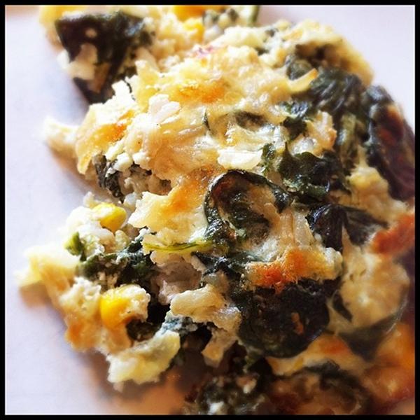 Essa receita de arroz de forno com espinafre e queijo é deliciosa, fácil e rápida de preparar, e compõe uma refeição vegetariana completa.