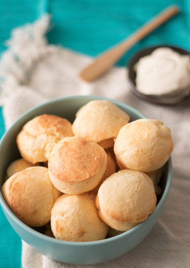 Pão de queijo de liquidificador fácil e rápido de preparar. Crocante por fora, macio por dentro, perfeito para o lanche da tarde. E pode passar aquele cafezinho.