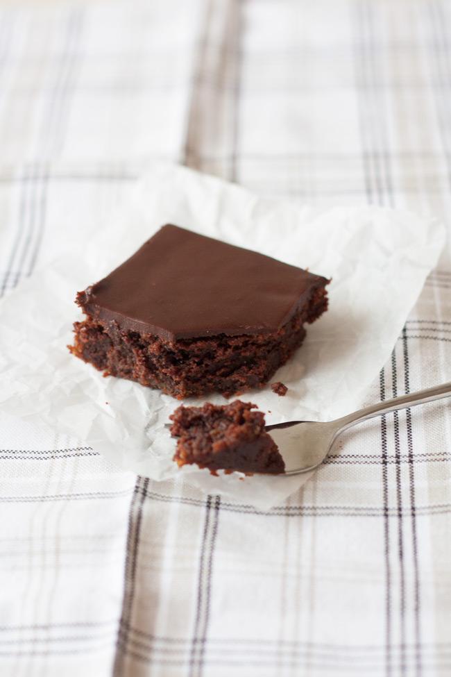 Esse bolo de chocolate fácil, perigosamente fácil, é o melhor bolo de chocolate que já comi. Bem chocolatoso, úmido, ele derrete na boca.