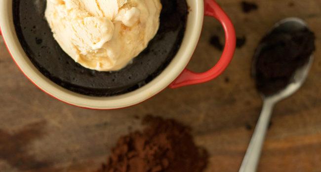 Brownie de caneca de microondas vegan